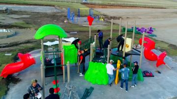 Эрдэнэтийн хүүхэд багачуудад хүүхдийн тоглоомын талбай хандивлалаа...
